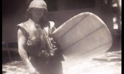 Un soldato con la sua tavola da surf