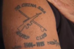 Un veterano della guerra in vietnam mostra orgoglioso il suo tatuaggio del